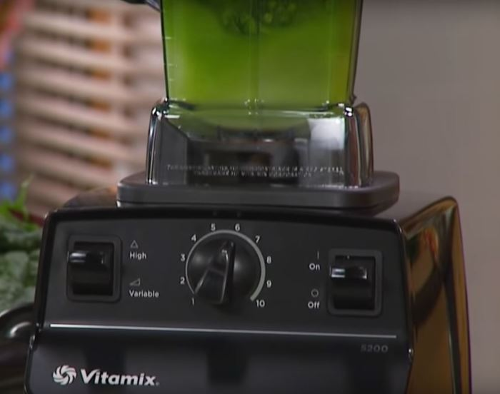 making green smoothie with Vitamax 5200